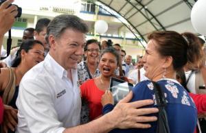 El presidente saluda a sus simpatizantes el pasado martes en Mocoa, en el departamento de Putumayo EFE