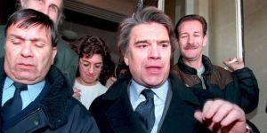 Bernard Tapie quitte le tribunal de commerce de Paris le 14 décembre 1994, après presque quatre heures d'audition par le juge, avec sa femme Dominique, portant sur le Groupe Bernard Tapie (GBT), holding des sociétés de Bernard Tapie, et de Financière et Immobilière Tapie (FIBT) qui contrôle ses biens personnels. | AFP/PASCAL GUYOT