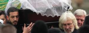 Familie und Freunde haben Tugce A. zu Grabe getragen. Die Studentin, die von einem 18-Jährigen erschlagen wurde, sollte würdevoll beerdigt werden. Doch es gab Streit um die Zeremonie.