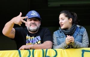 Maradona. Posa con Jana, mientras genera rispideces con Dalma y Gianinna. | Foto: Cedoc Perfil