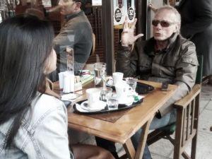 Fernando Signorini hablando mientras compartía un café (Foto: Lucas García)