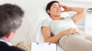 Las mujeres tiene mayor capacidad para conectarse con sus sentimientos. La terapia se les vuelve, entonces, un proceso más natural.