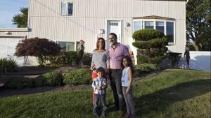 """En su casa de Long Island. Vanesa Petit, su marido y sus hijos. Ella dice que aún extraña la """"calidez humana de los argentinos"""". (Adriana Groisman)"""
