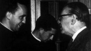 El por entonces sacerdote Jorge Bergoglio y el escritor Jorge Luis Borges, en uno de sus tantos encuentros.
