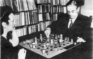 Xul Solar jugando al panajedrez con su esposa.