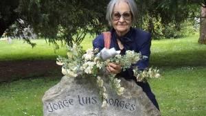 Ana Simon en la tumba de Borges en Ginebra