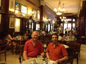 Hernán Neira con Peter Robertson en Café Tortoni, Buenos Aires